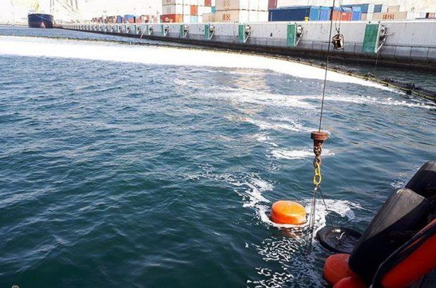 عملیات مقابله با آلودگی نفتی در کانال دسترسی بندر بوشهر