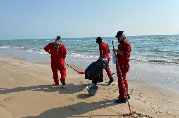 پاکسازی ساحل بندر گناوه از لکه های نفتی
