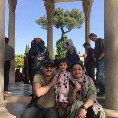 بازیگر «زوج یا فرد» با همسر و فرزندش در حافظیه
